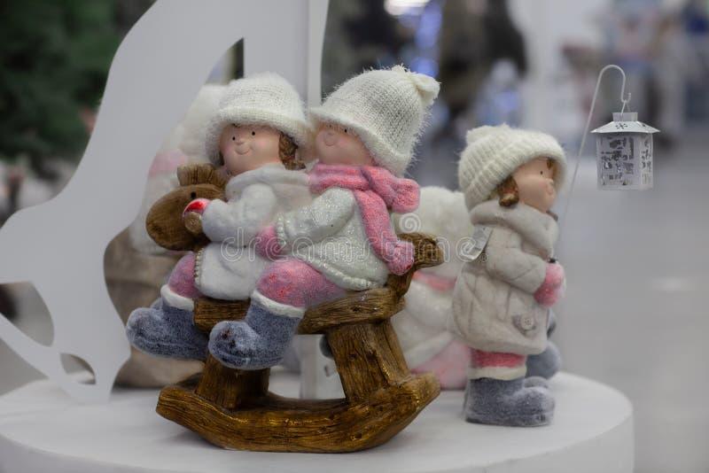 Atmósfera de la Navidad, decoraciones del Año Nuevo muñecas fotos de archivo