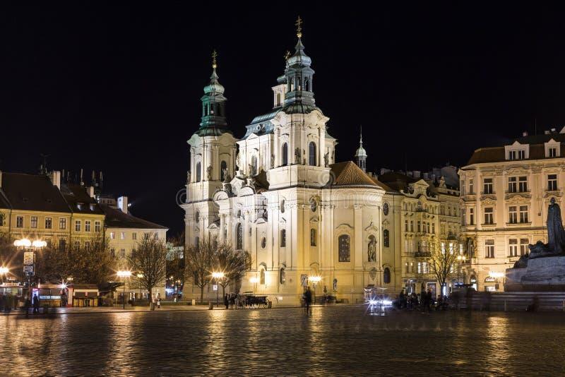 Atmósfera de la noche en la vieja plaza en Praga foto de archivo libre de regalías