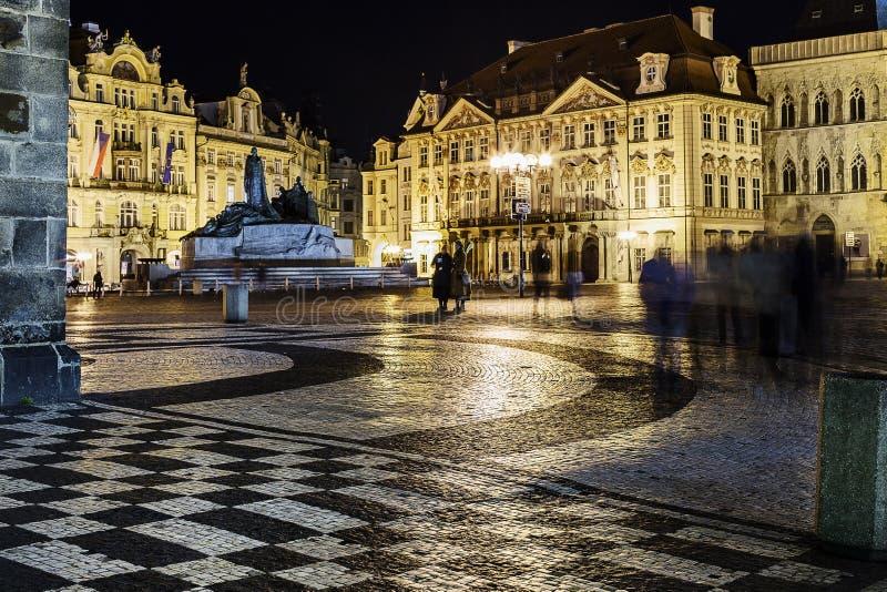 Atmósfera de la noche en la vieja plaza en Praga fotos de archivo