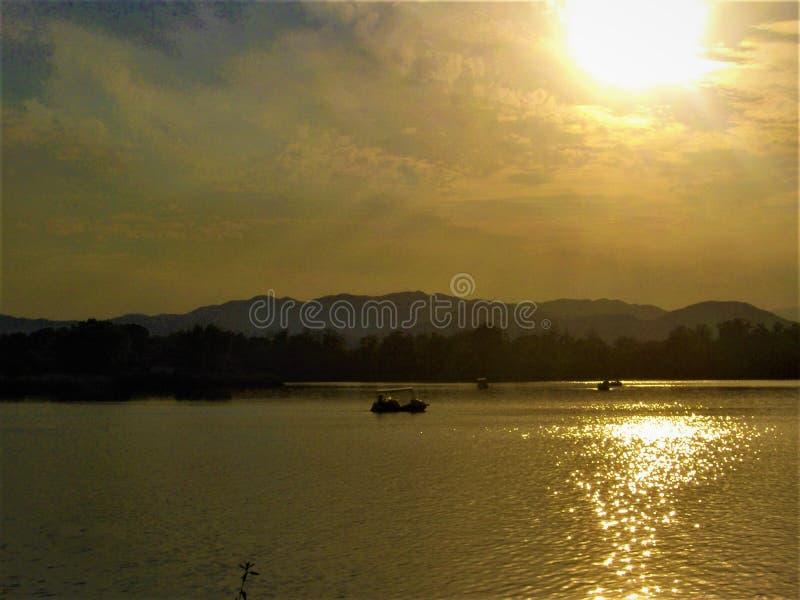 Atmósfera del lago, de la luminiscencia, del desvanecimiento y del cuento de hadas foto de archivo libre de regalías