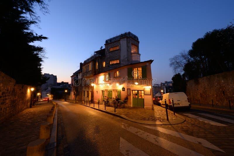 Atmósfera escénica por la tarde en Montmartre en París fotografía de archivo