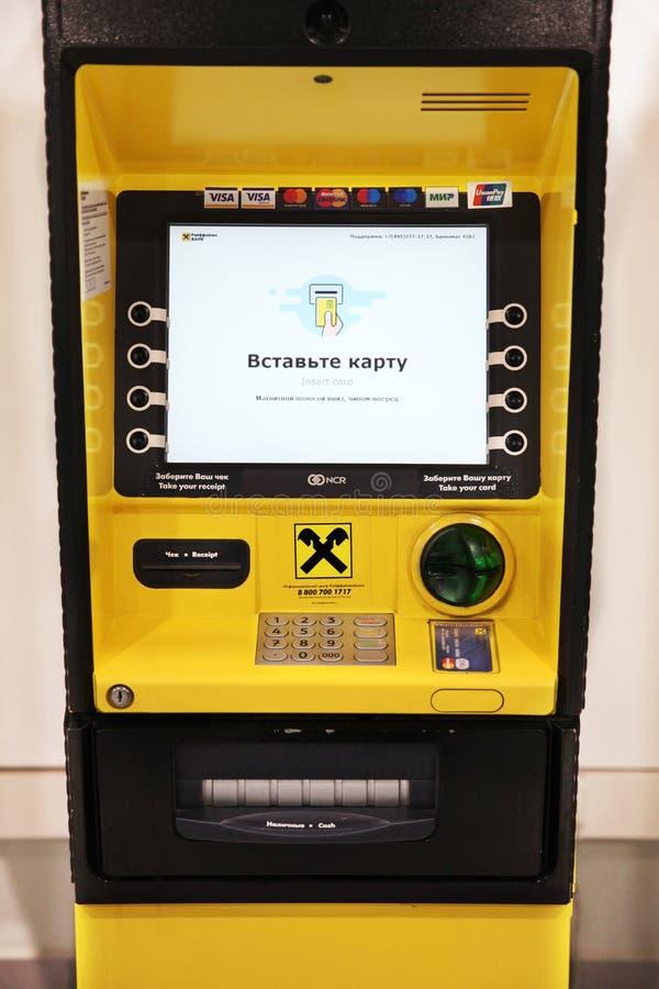 ATM «raiffeisen bank «prowadzić bankowość operacje obrazy royalty free