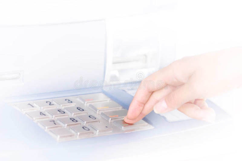 ATM που εισάγει την καρφίτσ&alph στοκ φωτογραφία με δικαίωμα ελεύθερης χρήσης