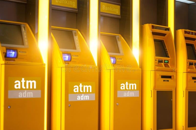 Atm-automachine för automatiska för kontant insättning pengar för kassa och Adm arkivbild