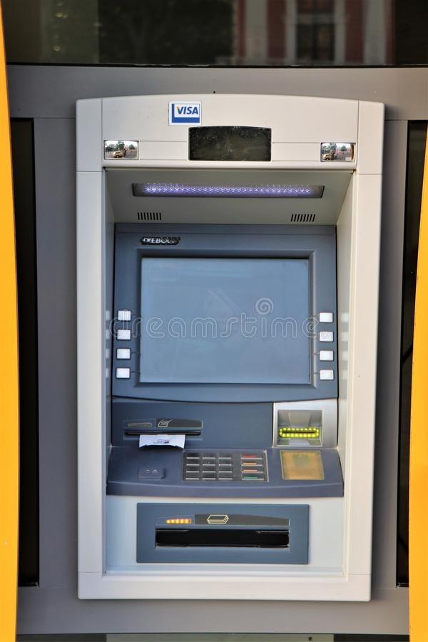 Atm banka maszyna używać dla wycofuje gotówkę, wynagrodzenie usługi i inne pieniężne operacje, zdjęcia royalty free