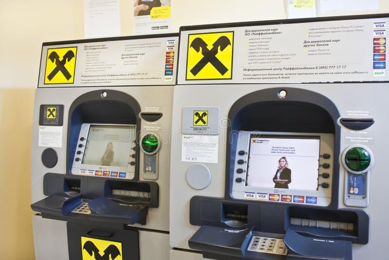 ATM ist in Raiffeisenbank-Büro in Moskau stockfotografie