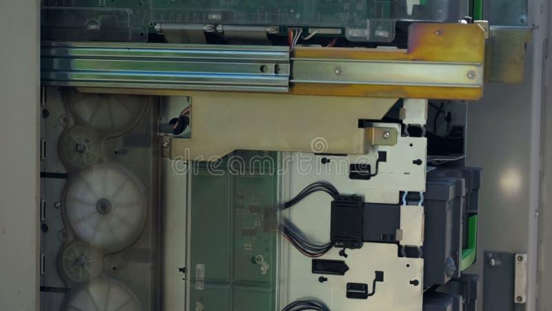 ATM otwierający podczas gdy CIT strażowy ładowniczy magazyn z gotówkową skrzynką, pomoc techniczna obraz stock