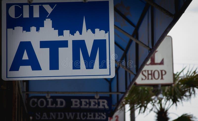 ATM-Zeichen, das mit Kunst von San Francisco-Stadt hängt lizenzfreies stockbild