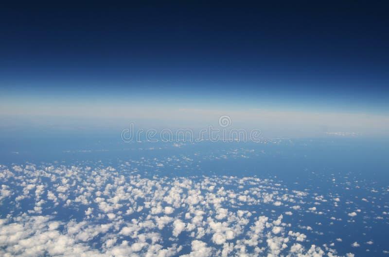 Atmosfär - sky och oklarheter arkivfoton