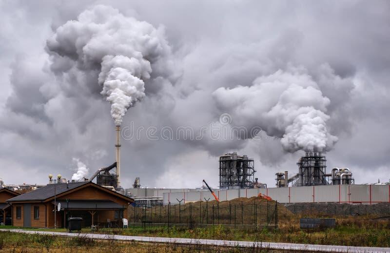 Atmosfärisk luftförorening från industriell rök nu royaltyfria foton