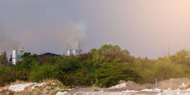 Atmosfärisk luftförorening från industriellt med det gröna trädet fotografering för bildbyråer