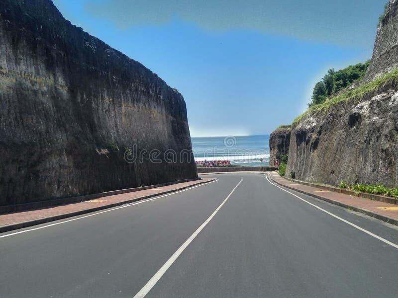 Atmosfärväg av den Pandawa stranden arkivfoton