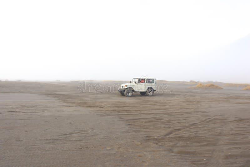 Atmosf?ren av de Bromo bergen i morgonen, som ?r kall och dimmig royaltyfri foto