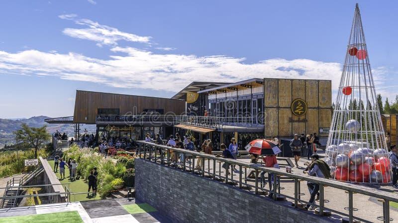 Atmosfeer binnen Pino Latte Resort & Koffie, op de berg wordt gevestigd die Bestaat uit mensen die komen ontspannen, het eten en  stock fotografie