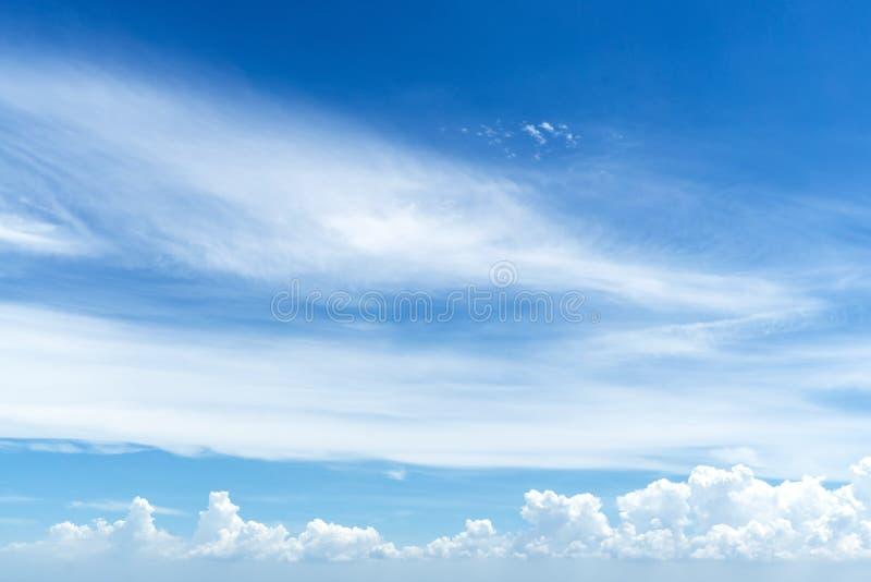 Atmosfeer in zonnige dag met blauwe hemel en witte wolken stock afbeelding