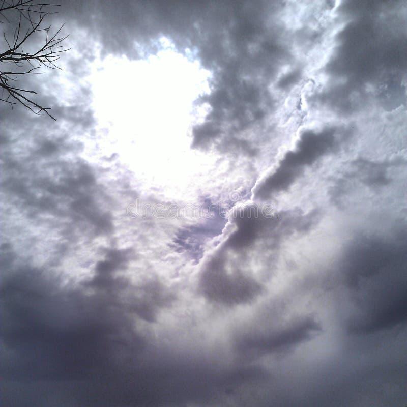 atmosfer chmury atmosferyczne jaskrawy zgłębiają ziemski wysoki widocznego zjawiska srebny mroczny s zdjęcie royalty free