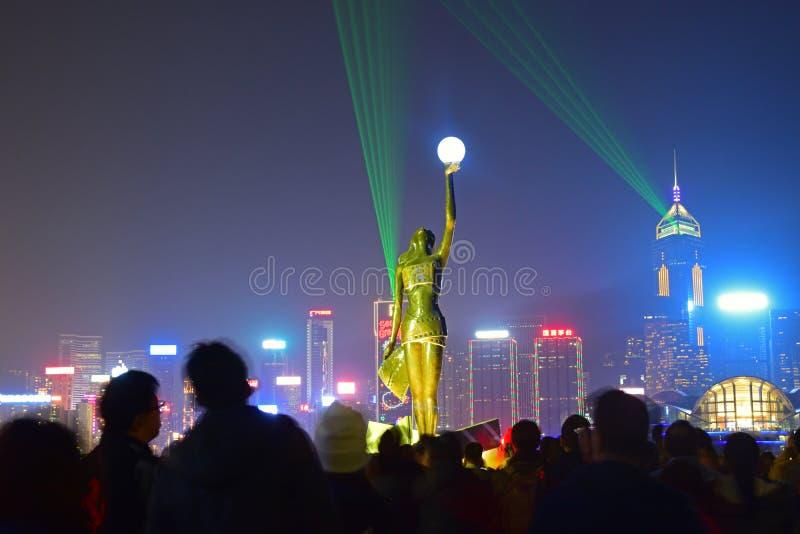 Atmosfera aglomerada da estátua da deusa do filme na avenida das estrelas durante a sinfonia das luzes fotografia de stock