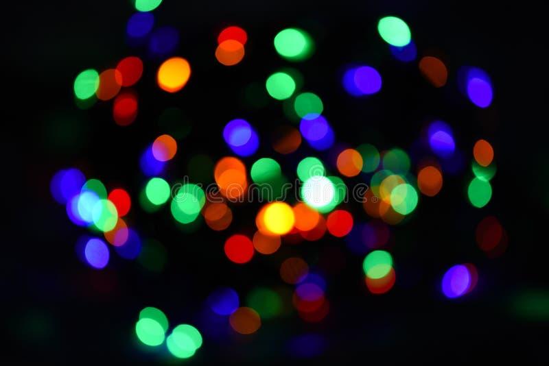 Atmosfera brilhante e festiva do feriado de vinda Fundo colorido abstrato do bokeh Conceito das decorações do Natal fotos de stock royalty free
