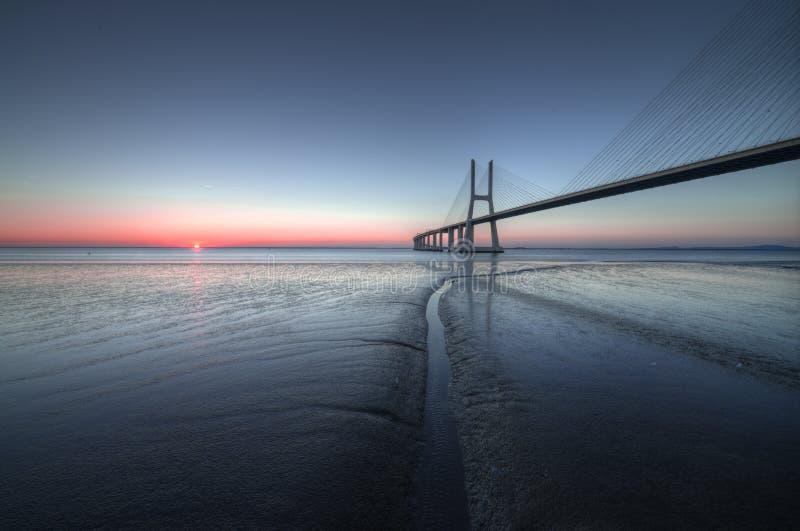 Atmosfera calma e pacifica a Vasco de Gama Bridge a Lisbona Ponte Vasco de Gama, Lisbona, Portogallo fotografie stock