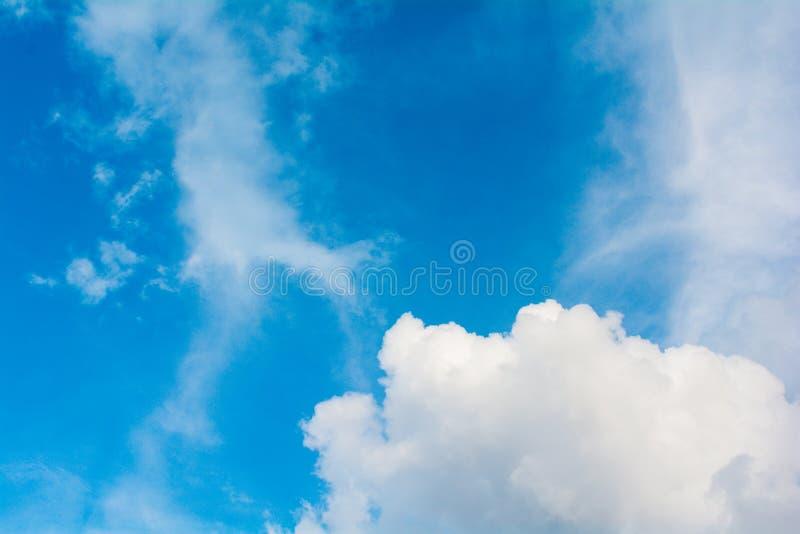 Atmosfera del cielo blu & della nuvola immagini stock