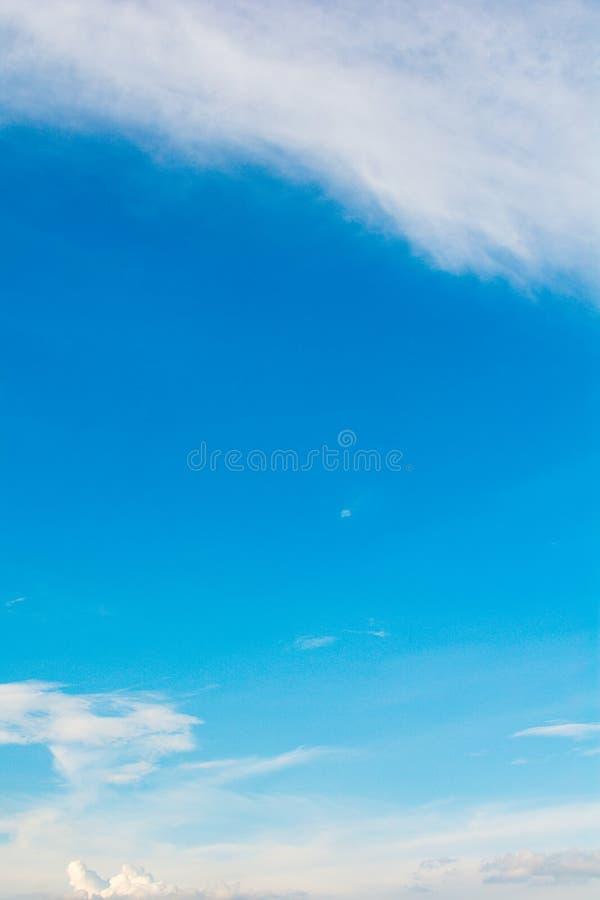 Atmosfera del cielo blu & della nuvola immagine stock