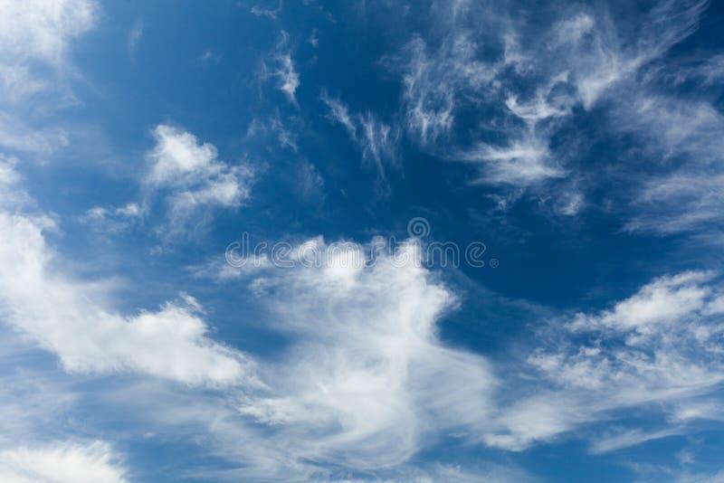 Atmosfera dell'aria, fondo azzurrato Chiaro cielo blu, nuvole immagini stock