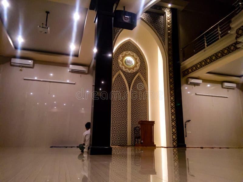 a atmosfera dentro da mesquita é tão quieta imagens de stock royalty free