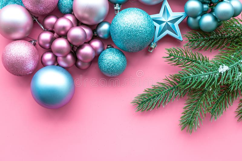 Atmosfera do ano novo e do Natal Decore a árvore de Natal festiva Decoração da árvore de Natal Bolas e estrelas coloridas imagens de stock