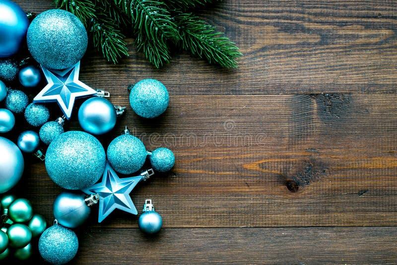 Atmosfera do ano novo e do Natal Decore a árvore de Natal festiva Decoração da árvore de Natal Bolas e estrelas coloridas imagens de stock royalty free
