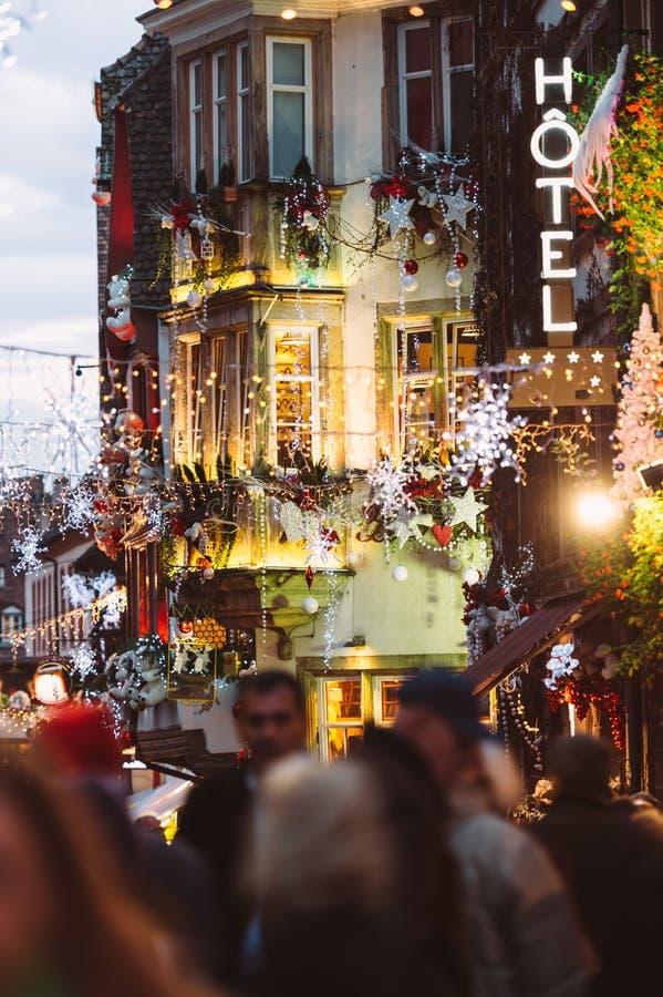 Atmosfera do mercado do Natal do sinal de néon do hotel em Strasbourg, franco fotografia de stock royalty free