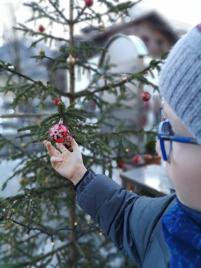 A atmosfera do Natal faz-nos retornar crianças fotos de stock royalty free