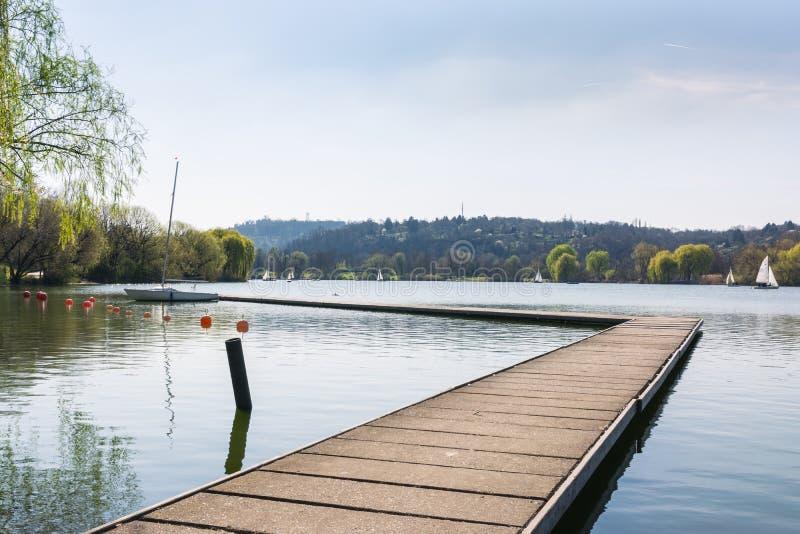 Atmosfera Envi de Sunny Lake Landscape Beautiful Idyllic do barco da doca fotos de stock royalty free