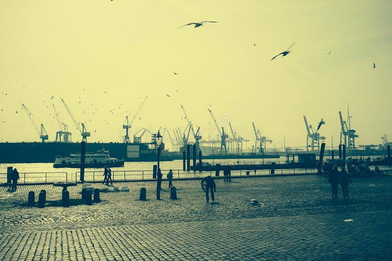 Atmosfera especial no mercado de peixes de Hamburgo com uma vista do porto fotografia de stock