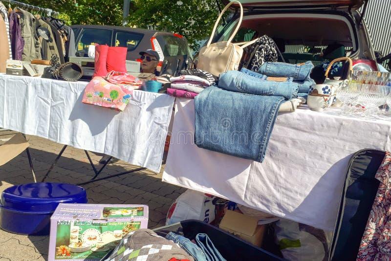 Atmosfera ludzie robi zakupy drugi ręki rocznika furnitures, ubrania i faszeruje zdjęcie stock