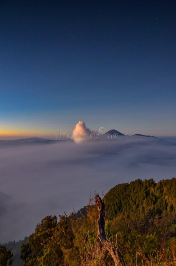 A atmosfera no deserto da montagem Bromo imagem de stock