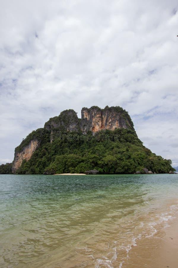 Atmosfera piacevole ed ombreggiata cristallina dell'acqua di mare, a Phak Bia Island, distretto di Ao Luek, Krabi, Tailandia immagini stock