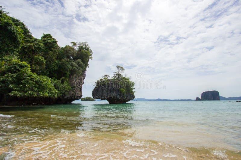 Atmosfera piacevole ed ombreggiata cristallina dell'acqua di mare, a Phak Bia Island, distretto di Ao Luek, Krabi, Tailandia immagine stock libera da diritti