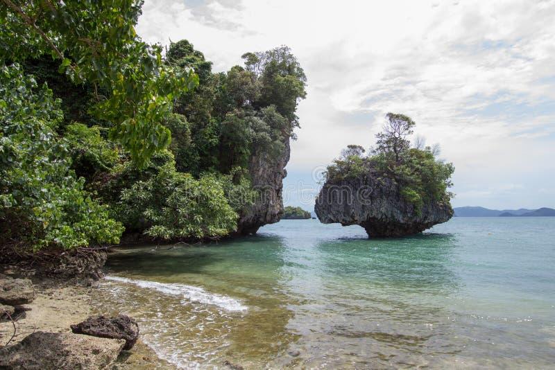 Atmosfera piacevole ed ombreggiata cristallina dell'acqua di mare, a Phak Bia Island, distretto di Ao Luek, Krabi, Tailandia immagini stock libere da diritti