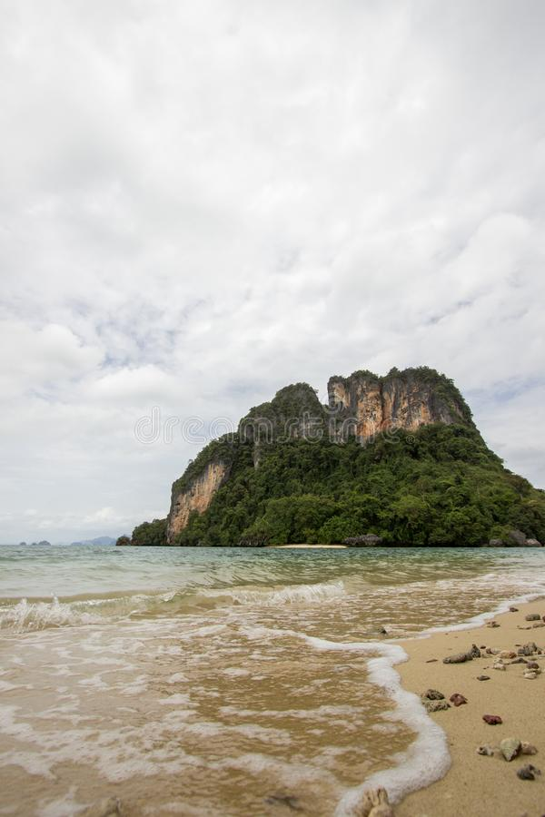 Atmosfera piacevole ed ombreggiata cristallina dell'acqua di mare, a Phak Bia Island, distretto di Ao Luek, Krabi, Tailandia fotografia stock libera da diritti
