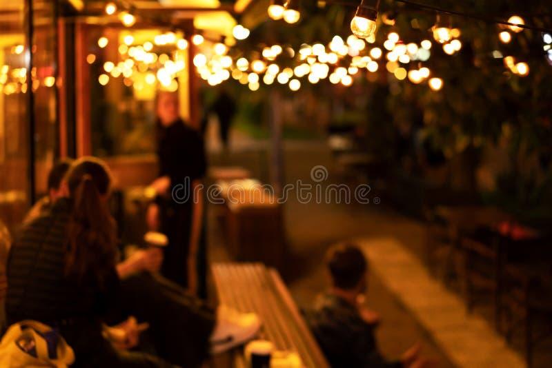 Atmosfera wygodny zrelaksowany nastr?j, wiecz?r spotkanie m?odzi ludzie w sklepie z kaw? obraz royalty free