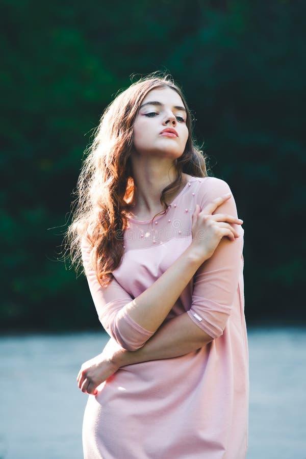 Atmosferisch portret van jonge mooie vrouw, lang haar en toevallige make-up royalty-vrije stock afbeeldingen