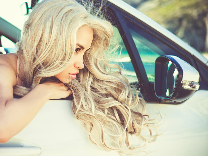 Atmosferisch portret van mooi blonde in auto stock fotografie