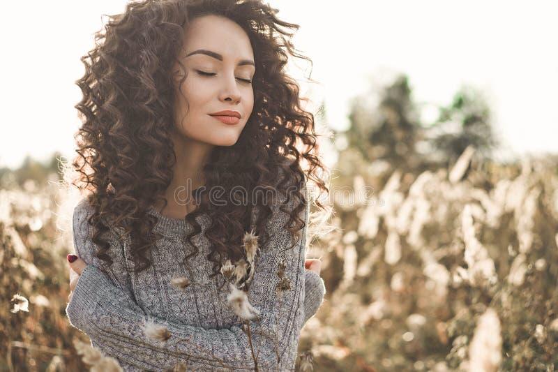 Atmosferisch portret van mooie jonge dame royalty-vrije stock afbeelding