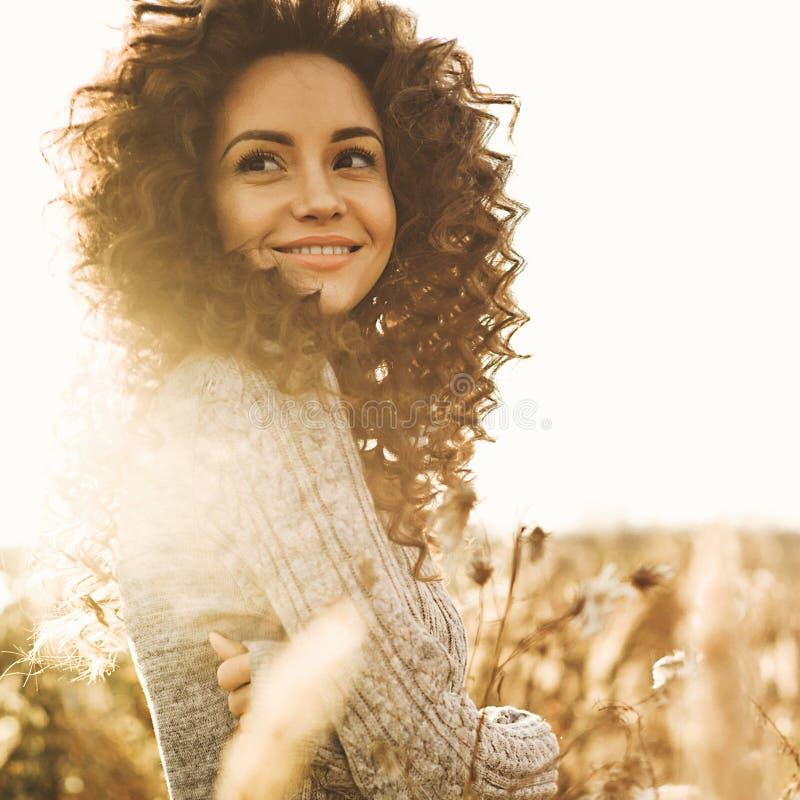 Atmosferisch portret van mooie jonge dame stock foto's