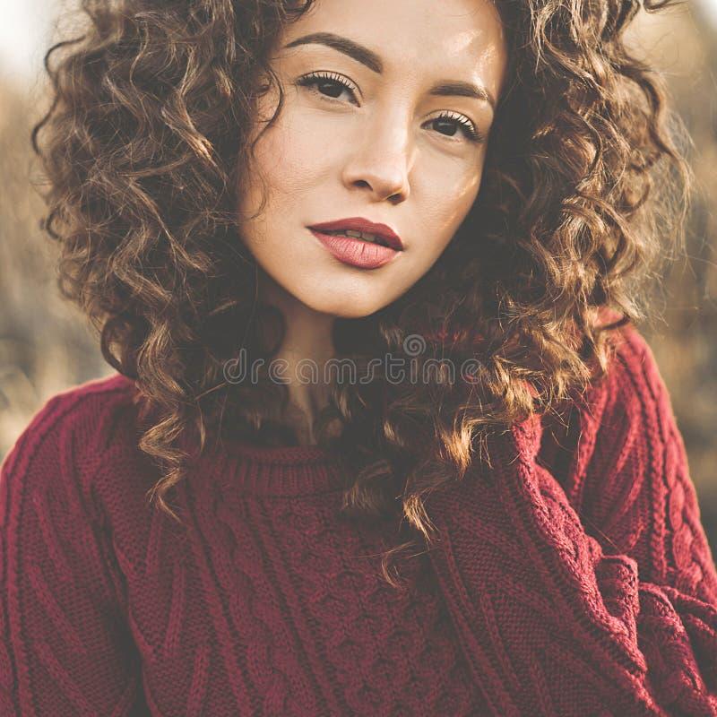 Atmosferisch portret van mooie jonge dame royalty-vrije stock foto's