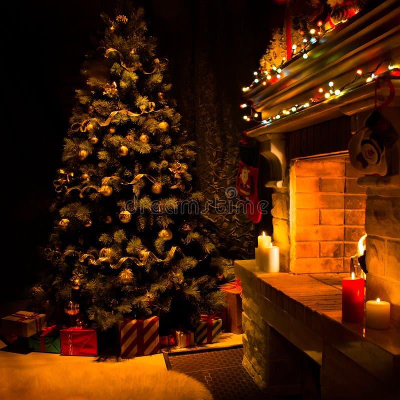 Atmosferische verfraaide open haard met Kerstmisboom stock fotografie