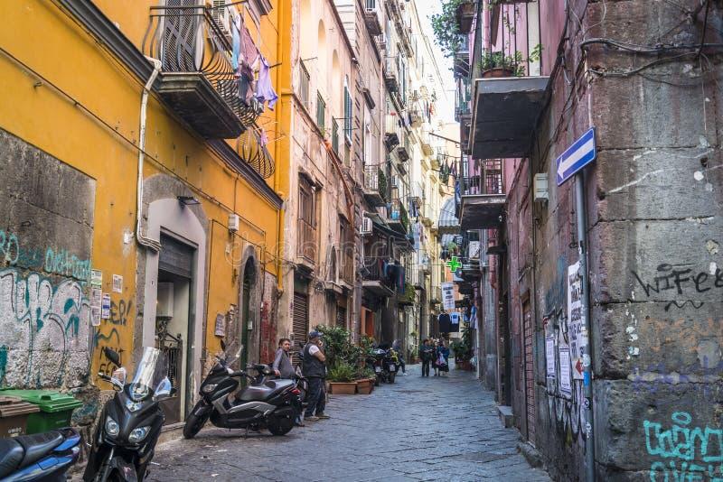 Atmosferyczna ulica w Historyczny centrum miasta, Naples, Włochy zdjęcia royalty free
