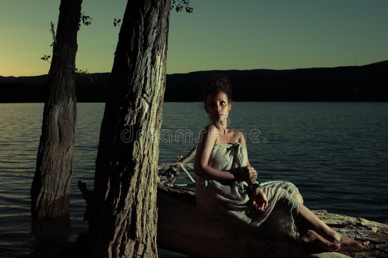 Atmosferyczny portret kobieta przy nocą zdjęcie stock