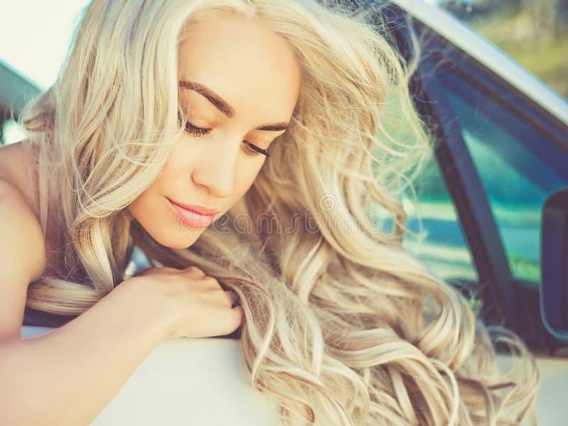 Atmosferyczny portret piękna blondynka w samochodzie zdjęcia stock