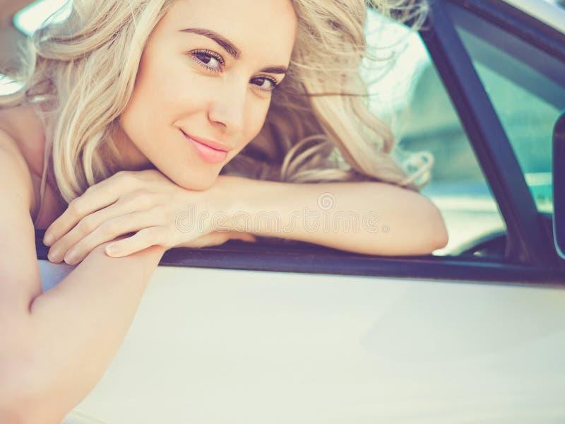 Atmosferyczny portret piękna blondynka w samochodzie obraz royalty free